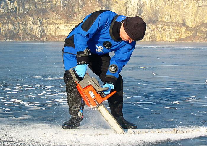 nurkowanie pod lodem - piła mechaniczna