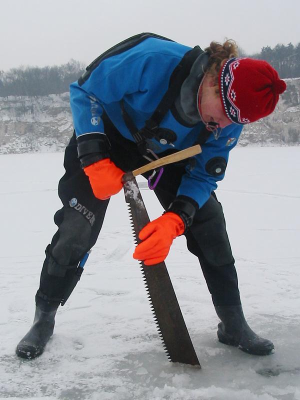 nurkowanie pod lodem - piła ręczna