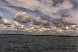 Altostratus (wyżej), cumulus (w głębi)