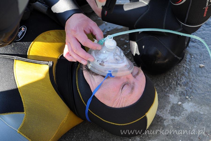 Zestaw tlenowy o stałym wprzepływie z maską resuscytacyjną.